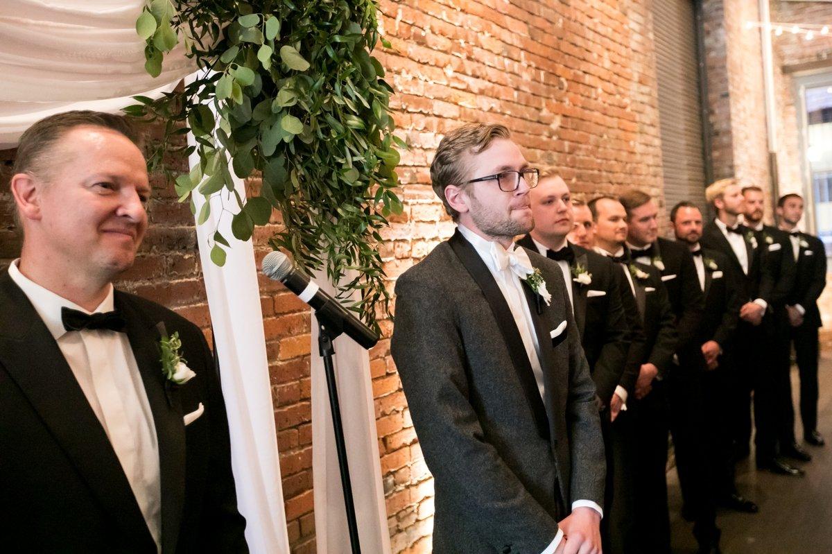 groom_seeing_bride_alter