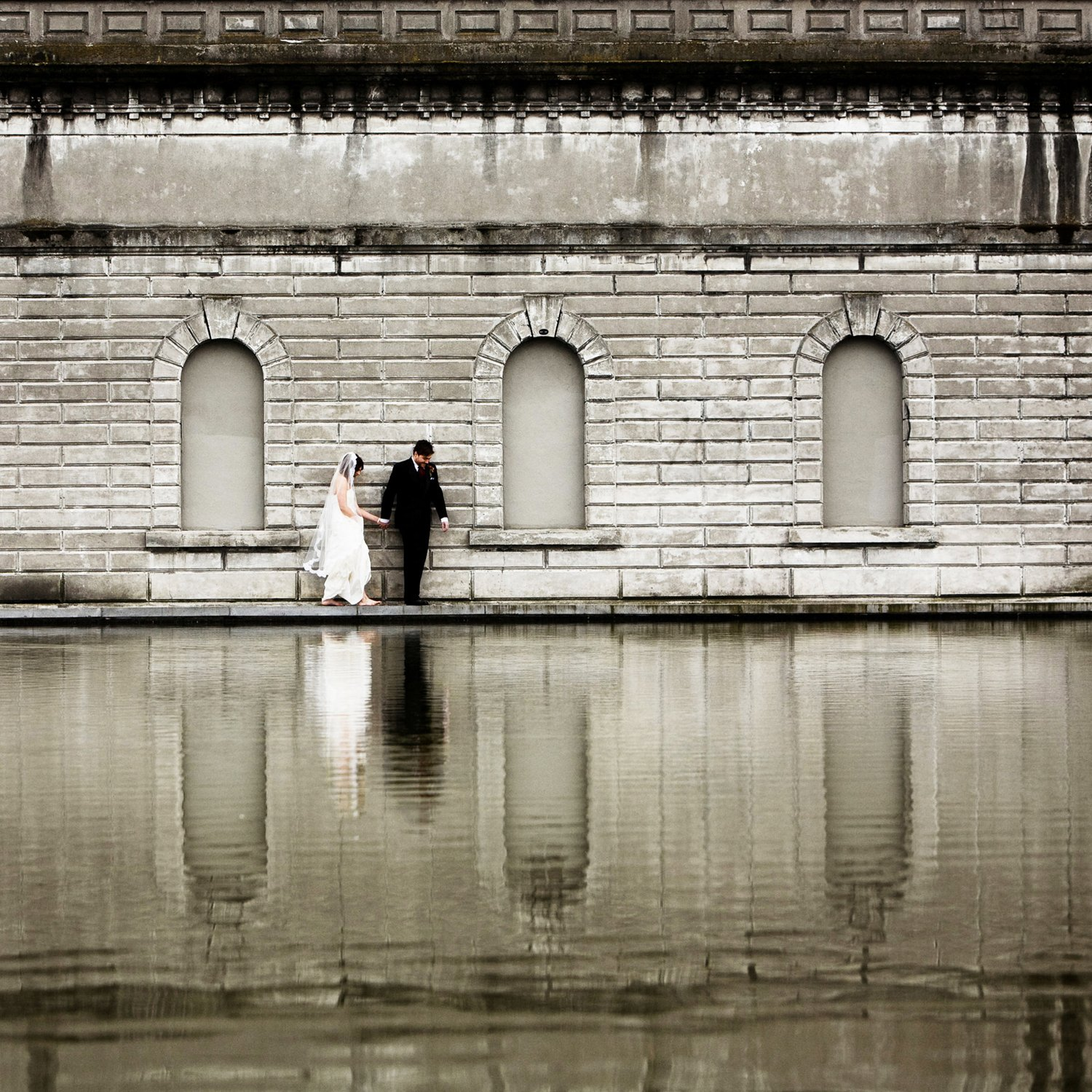 bride_and_groom_water_reflection